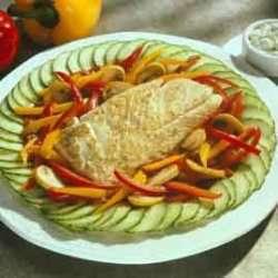 Krydret stekt hyse med grønnsaker og ingefær-agurk oppskrift.