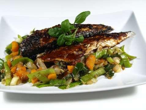 Grillet hvitløksmarinert makrell oppskrift.