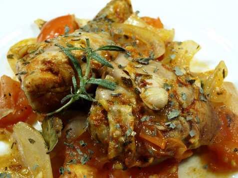 Bilde av Kyllinggryte med basilikum og tomater.