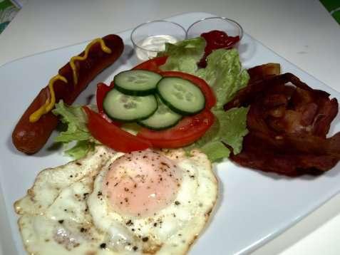 Pølser, egg og bacon oppskrift.