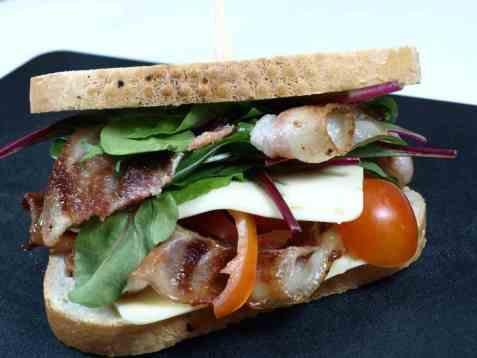 Sandwich med bacon, tomat, cheddar og spinat oppskrift.