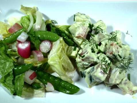 Salat med laks og avocado oppskrift.