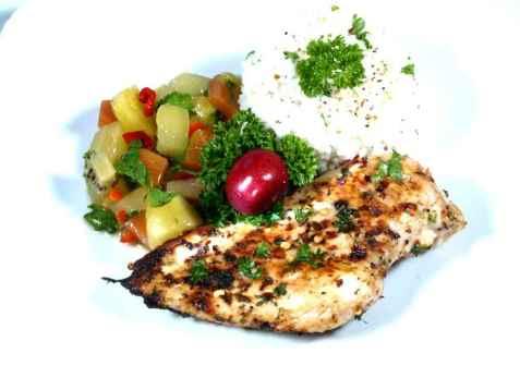 Bilde av Surmelksmarinert kylling med Hawaii-salsa.
