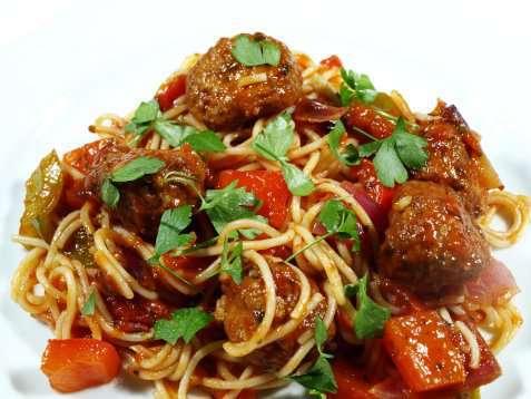 Pasta og tomatsaus med kyllingboller oppskrift.
