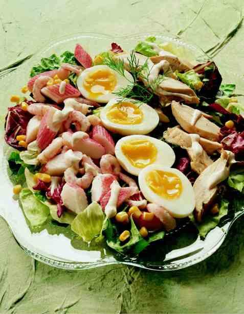 Salatanretning med kylling oppskrift.