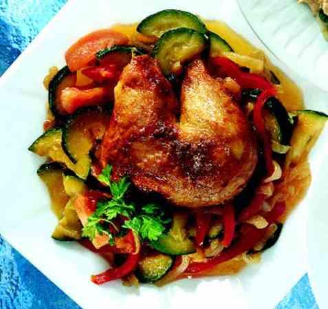 Grillet kyllinglår på varme grønnsaker oppskrift.