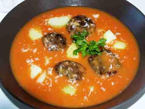 Tomatsuppe med fiskeboller oppskrift.
