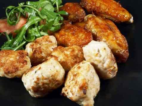Fat med kyllingvinger og kyllingboller oppskrift.