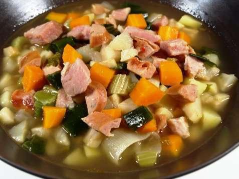 Enkel grønnsakssuppe m/kjøtt oppskrift.