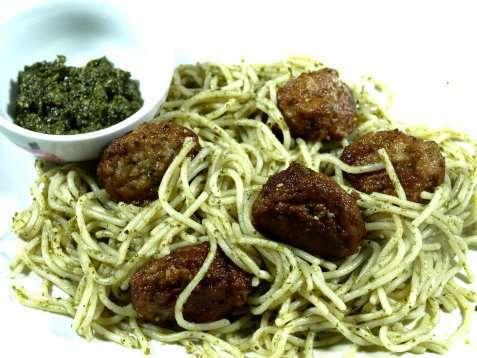 Spaghetti med kjøttboller og pesto oppskrift.