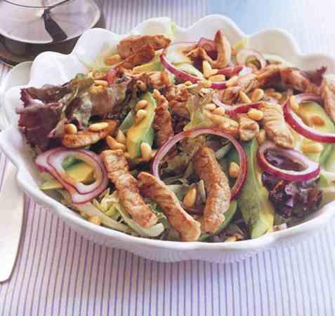 Dagens oppskrift er Avokadosalat med strimlet svinekjøtt.