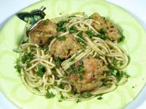 Spagetti med kjøttboller og pesto oppskrift.