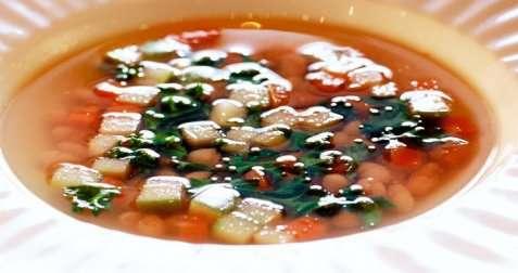 Bilde av Hvit b�nnesuppe med gr�nnk�l, rotgr�nnsaker og syr.