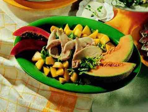 Kyllingsalat med sommerlige frukter oppskrift.