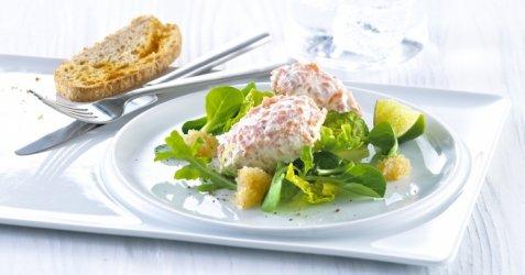 Ørretmousse på salatseng oppskrift.