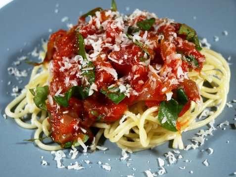 Pasta med tomat & basilikumsaus oppskrift.