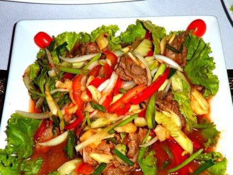 Thaisalat med oksekjøtt, spinat og bønnespirer oppskrift.