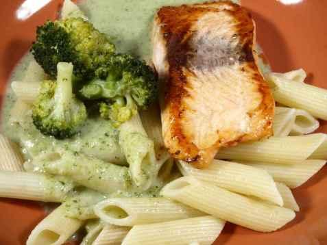 Pasta med laks og broccoli saus oppskrift.