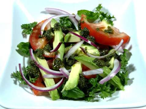 Tomatsalat med pesto og avocado oppskrift.