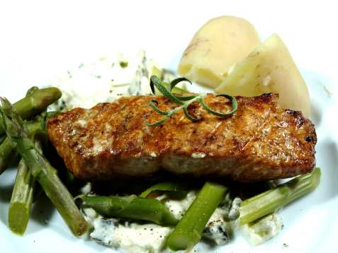 Grillet laks med nye poteter og grønne asparges oppskrift.