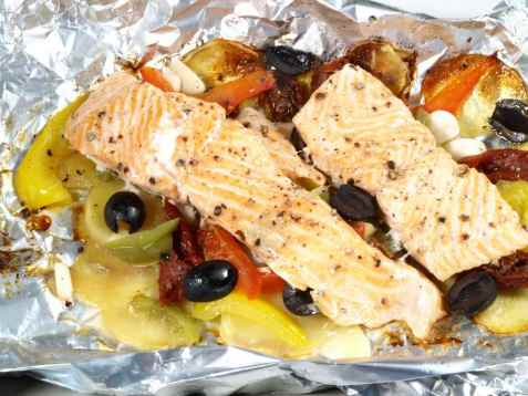 Fiskepakke med tomat, hvitløk og oliven oppskrift.