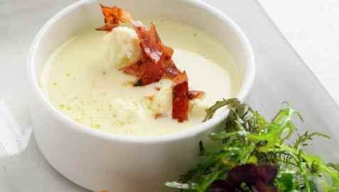 Blomkålsuppe med spekeskinke og kamskjell oppskrift.