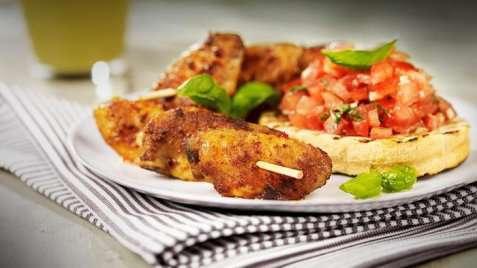 Bilde av Grillede kyllingvinger med tomatsalsa og grillet loff.