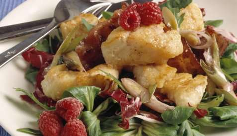 Salat med steinbit og bringebærdressing oppskrift.