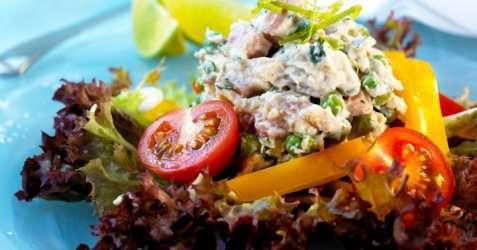 Kylling- og skinkesalat med kesam oppskrift.