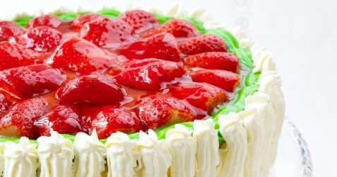 Romkake med jordbærlokk oppskrift.