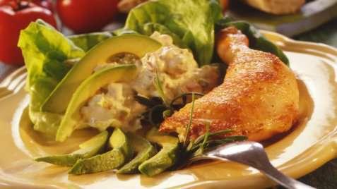 Kyllinglår med avokadosalat oppskrift.