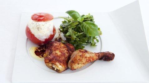 Kyllinglår med bakt tomat og mozzarella oppskrift.