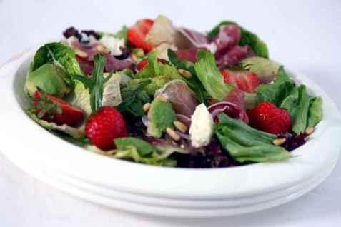 Salat med jordbær, melon og avocado oppskrift.