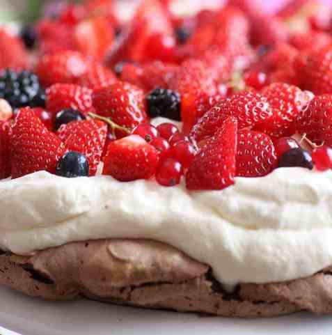 Sjokoladepavlova med friske bær oppskrift.