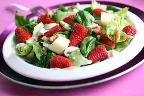 Jordbærsalat med honningvinaigrette oppskrift.