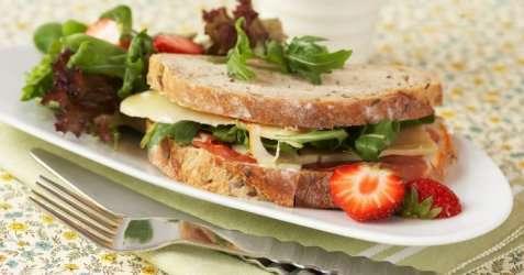 Blings med ost og jordbær oppskrift.