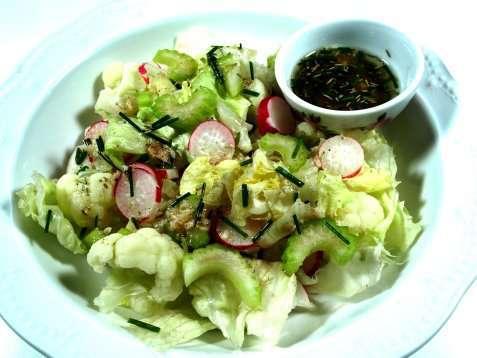 Blomkålsalat med reddik og stilkselleri oppskrift.