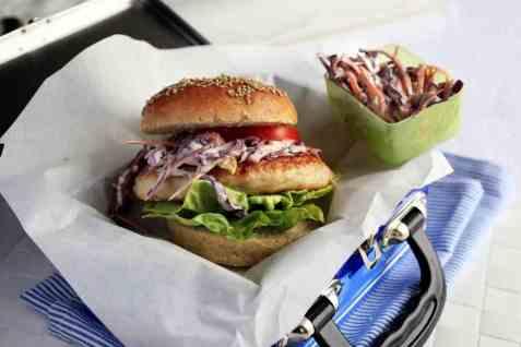 Fiskeburger med coleslaw oppskrift.