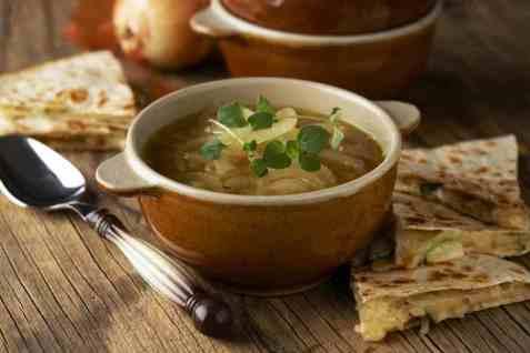 Løksuppe med varme quesadillas oppskrift.