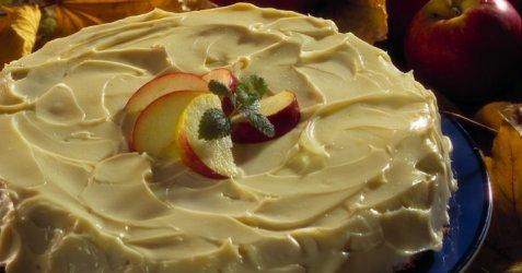 Bilde av Amerikansk eplekake med kremostglasur.