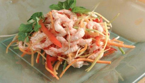 Salat med reker, grønnsaker og thaikrydder oppskrift.