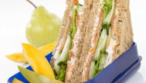 Sandwich med laks og agurk oppskrift.