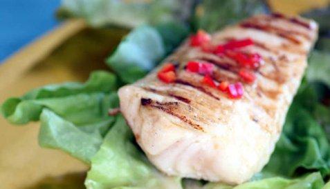 Bilde av Steinbit p� grill med chili og avokadosalsa.