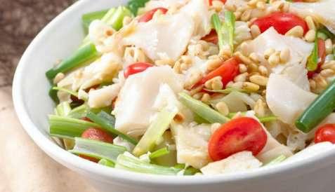 Salat med tørrfisk og cherrytomater oppskrift.