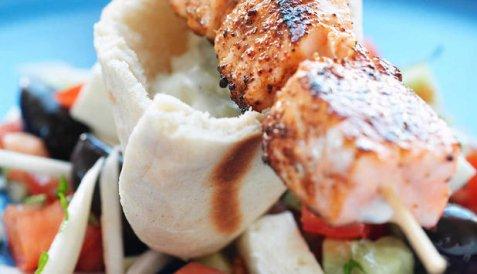 Grillspyd med laks og gresk salat oppskrift.