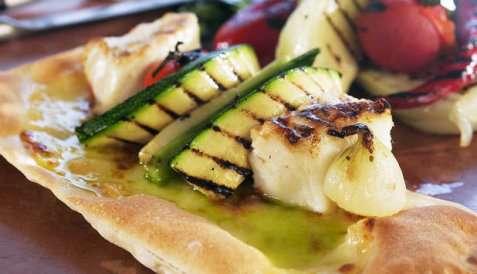 Pizza med steinbit og grillede grønnsaker oppskrift.