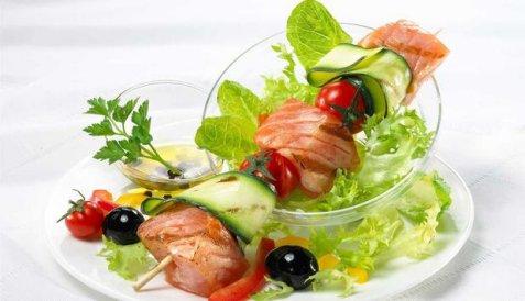 Laks på spyd med salat oppskrift.