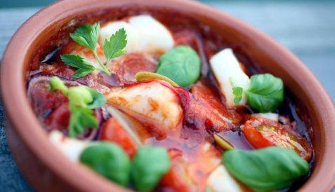 Ovnsbakt skrei med tomat og hvitløk oppskrift.