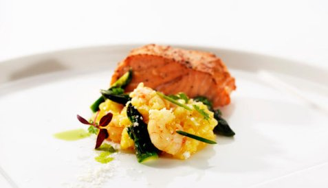 Ovnsbakt laks og risotto med marinerte reker og asparges oppskrift.