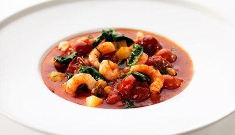 Rekesuppe med spinat, kikerter og plommetomater oppskrift.